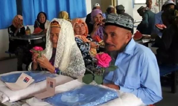 Чаровна 114-годишна баба омая 71-годишен ухажор