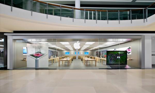 Apple уволни служители, които тайно снимали жени