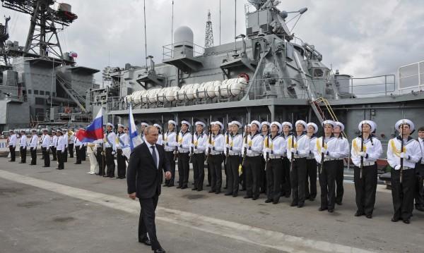 Екшън в морето: Украински кораб закъса, руски му помага
