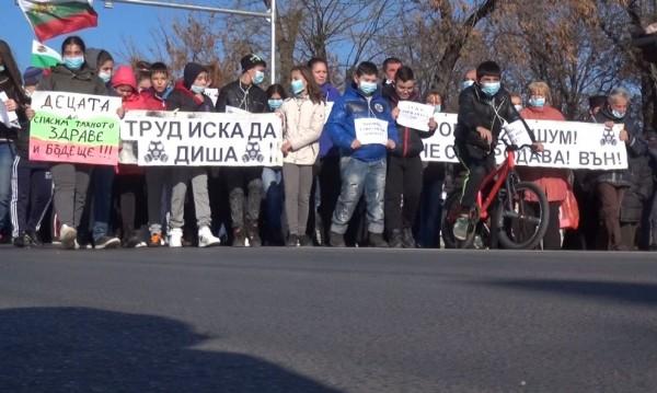 На протест с блокада на път: Труд диша трудно!