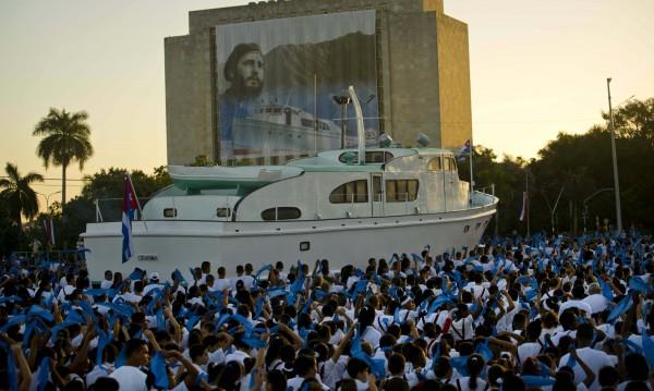 Кубинските въоръжени сили почетоха Кастро на парад
