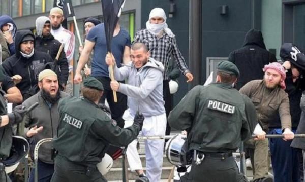 Сирийски бежанци ритат бебе в лицето в Германия