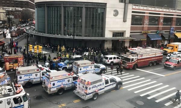 Влак дерайлира в Ню Йорк в час пик, рани 37 души