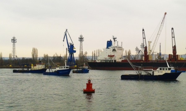 30 рибарски кораба протестираха във Варненския залив