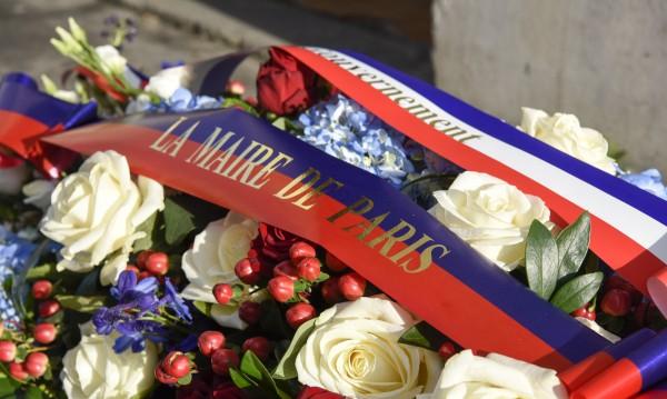 """Две години по-късно: Цветя пред редакцията на """"Шарли ебдо"""""""