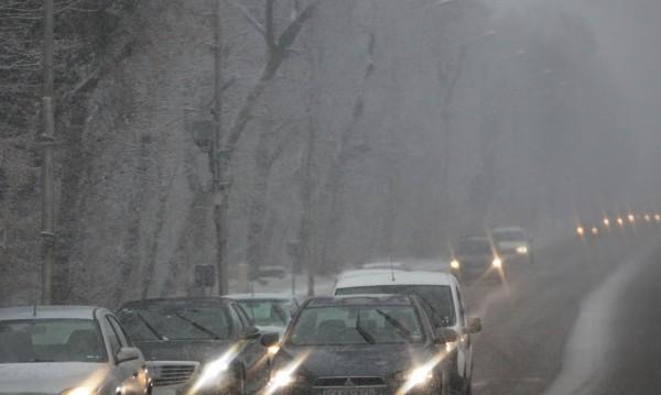 Снежна блокада: Затворени пътища, спрени ТИР-ове