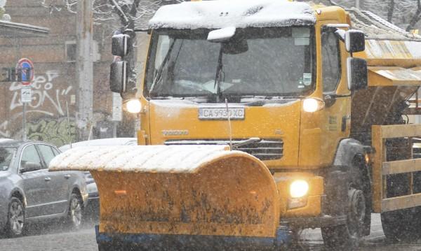 Снегът затвори пътища в страната. Пълният им списък