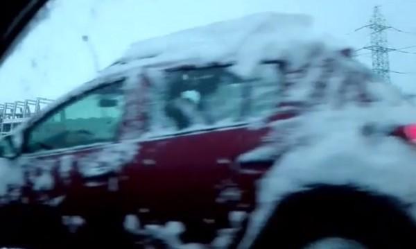 Подвижни иглута щурмуваха сутрешна снежна София