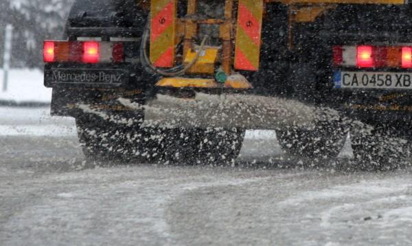 Вятър и сняг навред, пътища и проходи – затворени