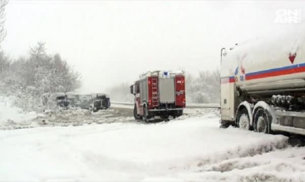 Заради снега: Селища без ток, затворени пътища...