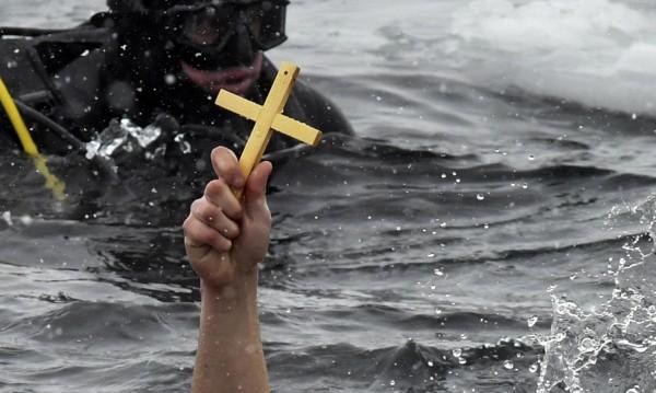 Куриоз в Пазарджик: Вятърът отнесе кръста!