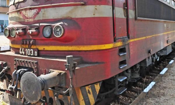 """Пътнически влак се """"спъна"""" в преспа и дерайлира"""