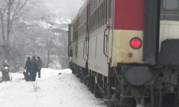 Влаковете пъплят в снега, някои и с 3 часа закъснение