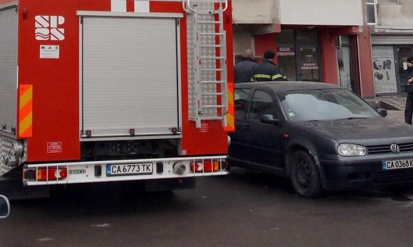 Пожар в кооперация в София, пламнал е покривът