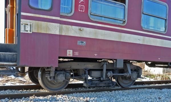 Локомотив се вряза във влак на гара Мездра, има ранени