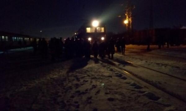 Изнервени пътници блокираха влак, той спря на 2 метра от тях