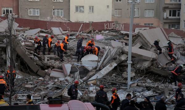 Един загинал и 5 ранени при срутване на сграда в Истанбул