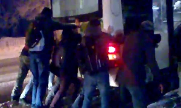 Автобуси закъсаха на заледена улица, пътниците бутаха