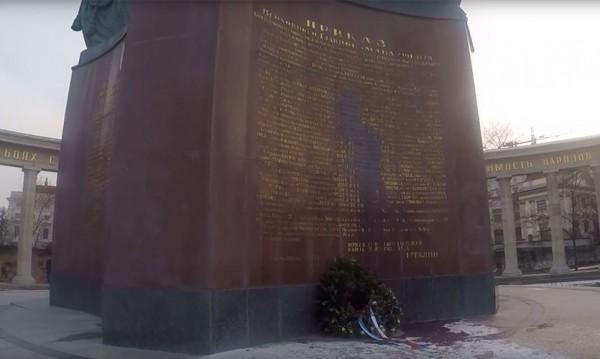 Оскверниха съветския паметник във Виена, заляха го с боя