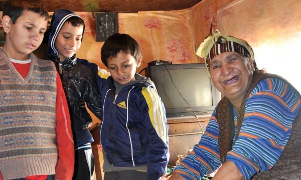 Роми под строй припознават деца – иначе спират детските!
