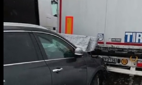 Автомобил се удари в ТИР при Прохода на Републиката