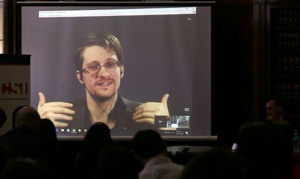 Русия удължи разрешителното за пребиваване на Сноудън