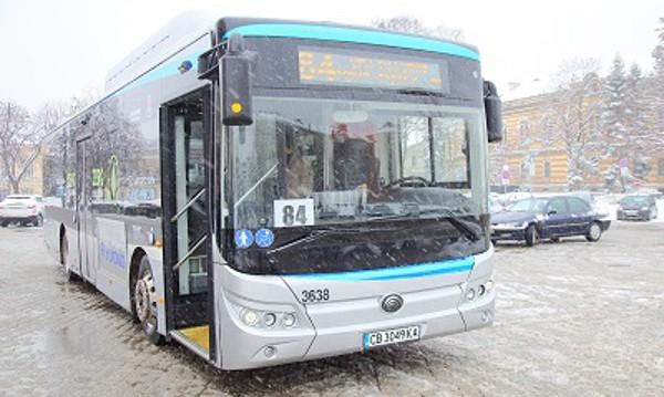 Нов електробус се движи по линия 84 в София