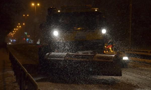 Снегорините в София не спряли цяла нощ - ринат, пръскат...