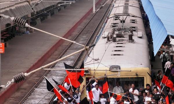 Поне 27 загинаха пли дерайлиране на пътнически влак в Индия