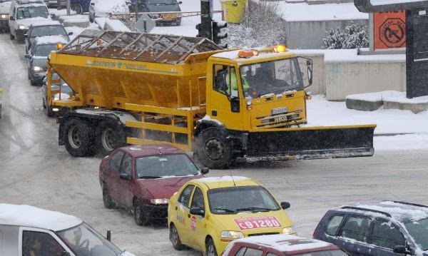 София сутрин: Пръскат смески срещу леда по пътя