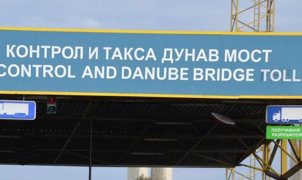 Тапи от над 10 км при двата моста на Дунав
