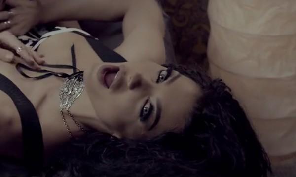 Пух и силикон: Емануела с ново видео, моделка припява