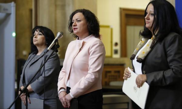Три министърки в оставка в хор: Бомбите ги залагат от БСП!