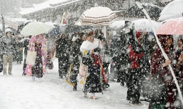 Японската армия мобилизирана в борбата със снега