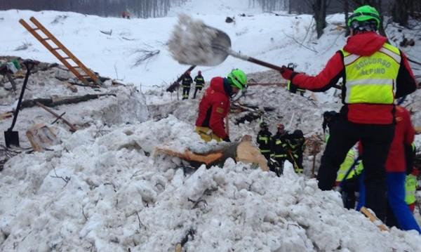 25 са вече жертвите на лавината в Италия