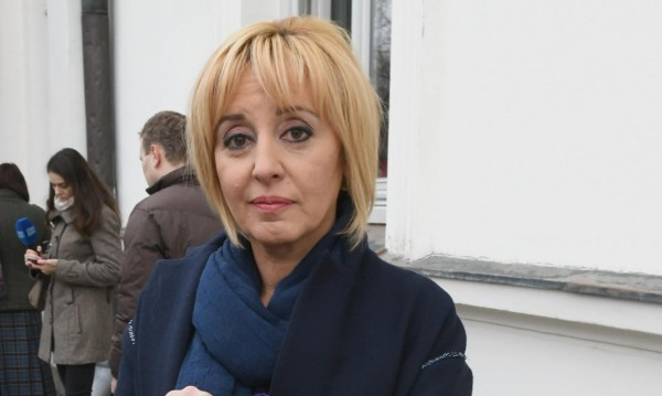 Манолова недоволна: Депутатите заметоха референдумa!