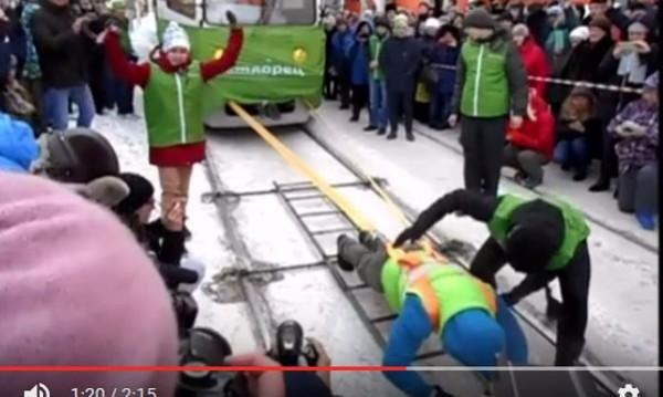 Руска богатирка тегли 2 трамвая – цели 36 тона