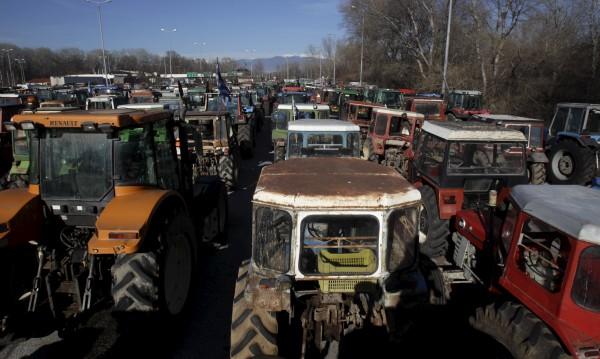 Гръцки фермери се нахвърлиха срещу български журналисти