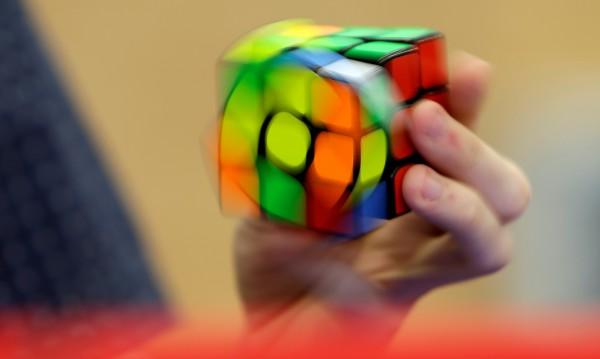 Да наредиш кубчето на Рубик със завързани очи!