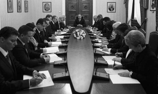 Туит от Радев: Снимка - строени, министрите подписват декларации