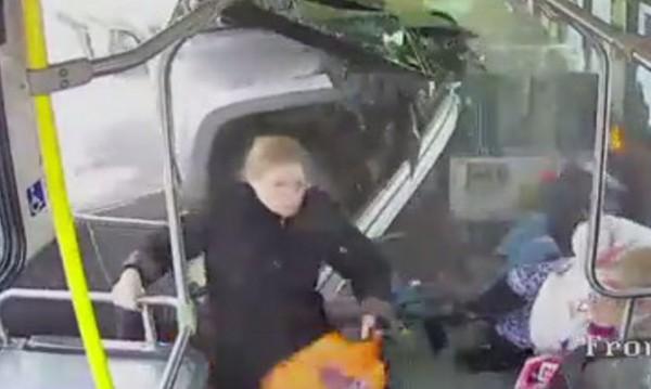 82-годишен заби пикап в автобус, по чудо няма жертви
