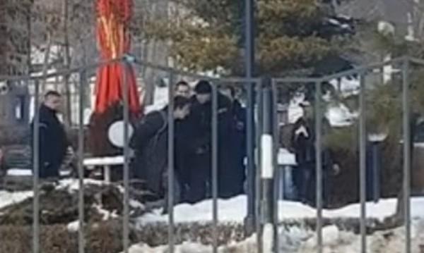 Униформени бият младеж в клип. МВР-шефът нареди проверка