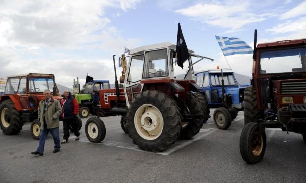 Фермерите в Гърция затягат блокадите в цялата страна