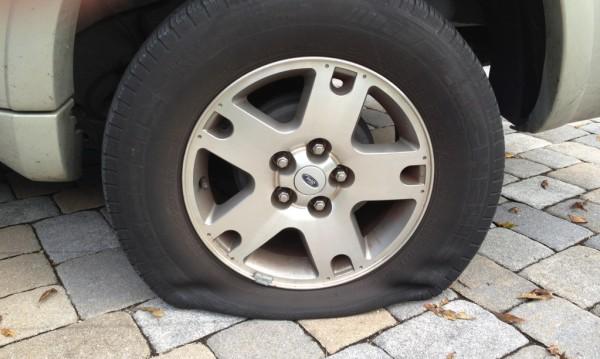Неприятна изненада: Спукани гуми на 11 коли в Банско
