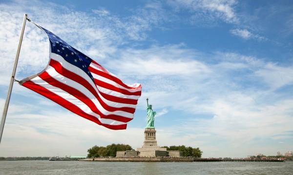 В САЩ проверяват имигрантите чрез Facebook и телефона