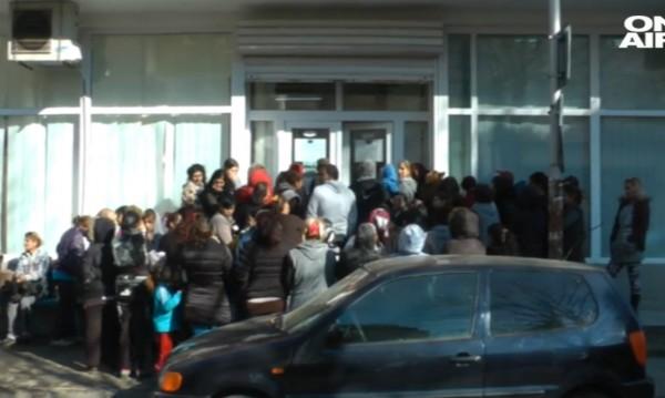 Първи ден: Над 100 души чакаха в Бургас за храните от БЧК