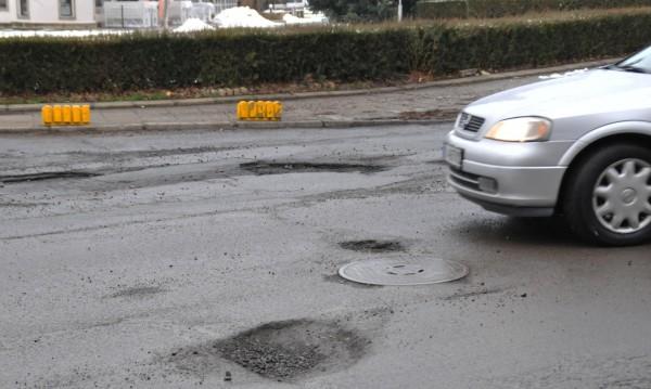 Парадокс: Пукаш гума в дупка, глобяват те за несъобразена скорост