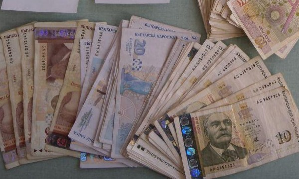 Баби от Благоевградско оставиха пликове с пари до кофи за смет