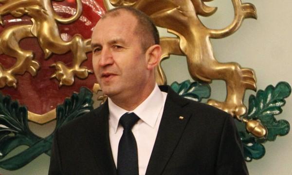 Първите 10 дни на Радев - със знак плюс за 79% от българите