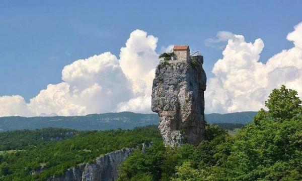 Красиви сгради върху скали
